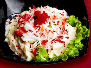Салат «Японская мечта» с мясом краба, апельсинами и икрой тобико