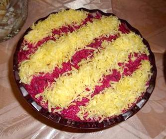 салат с сыром и свеклой с чесноком