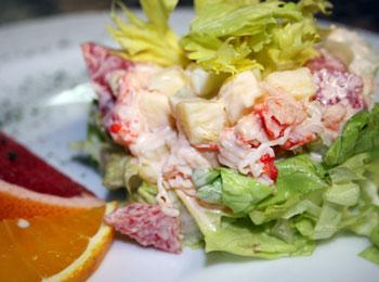 салат из краба и ветчины с помидорами и шкварками
