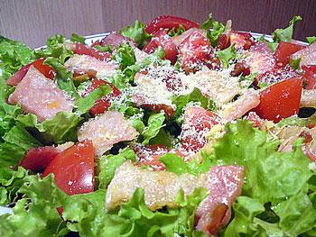 салат с беконом и помидорами и сыром