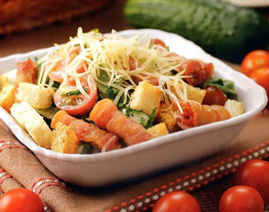 салат с беконом, латуком и помидорами