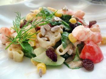 салат с морским коктейлем и картофелем в винном соусе