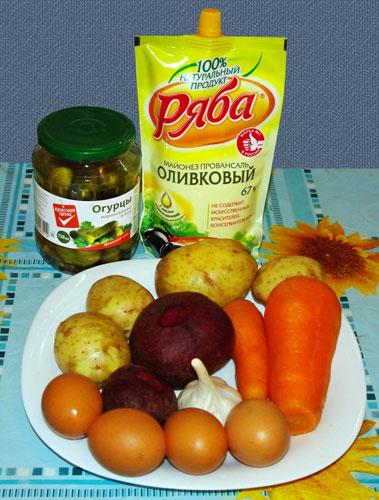 салат овощной из картошки, моркови, яиц, огурца и чеснока с виноградом