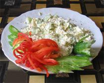 салат из свежей капусты с огурцом и яйцами