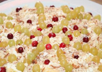 салат зимний из куриной грудки и клюквы с виноградом