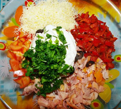 салат новогодняя елочка из курицы и помидор