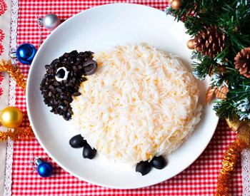 новогодний салат овечка из риса и мяса
