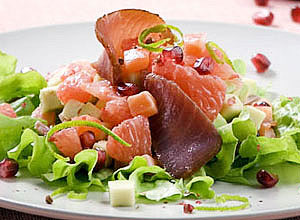 салат из форели и авокадо с тунцом и соком лайма