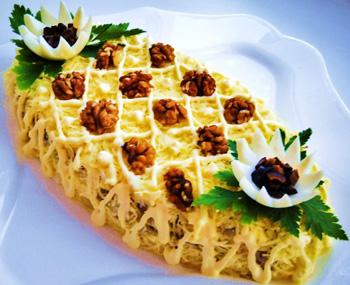 салат праздничный новогодний из курицы с орехами и черносливом