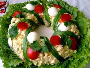 салат новогодний венок, тунец, яйца, морковь, салат к рождеству