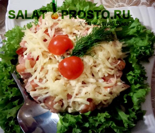 салат новогодний из семги, помидоров и сыра