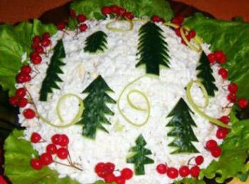 салат новогодний к праздничному столу из курицы, сыра и чернослива, украшение салатов