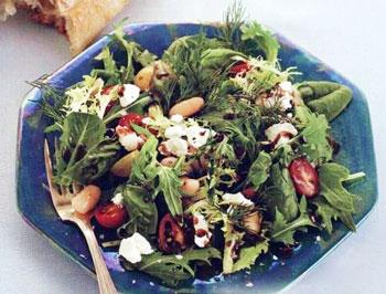быстрый салат за 5 минут из фасоли, листьев салата, дижонской горчицы, сыра и базилика