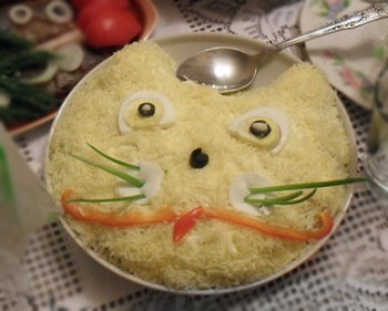 салат мартовский кот из куриного филе и шампиньонов, оформление салата