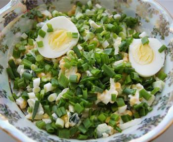 салат весенний из лука, огурца, яиц и кукурузы