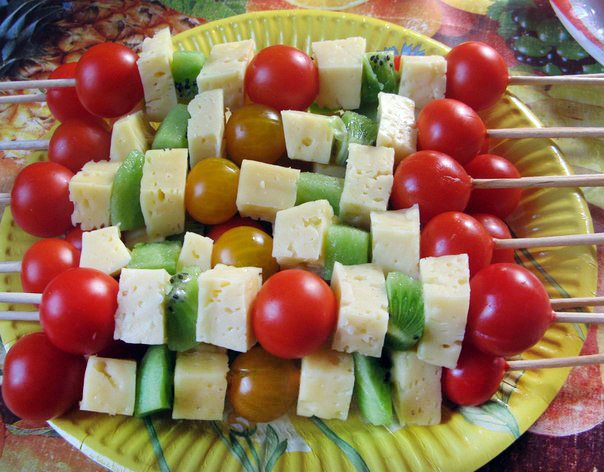 салат шашлычок из сыра, помидоров черри и киви