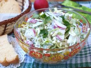 салат весенний овощной из капусты и редиса
