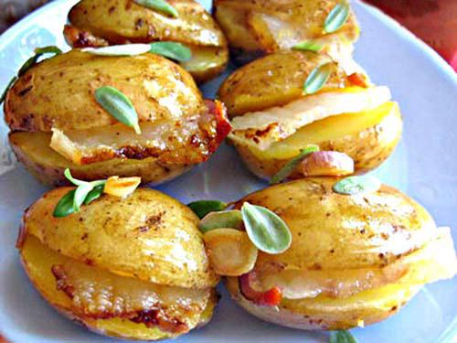 молодая картошка, фаршированная салом