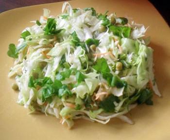салат июнь из капусты, огурца, щавеля, горошка