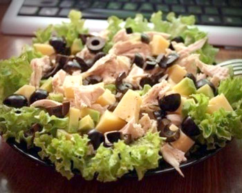 салат из курицы, сыра, оливок и авокадо