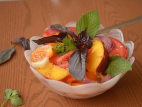 салат из нектарина, помидора, сельдерея, лука и базилика