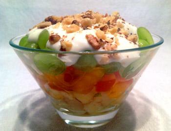 салат фруктовый из яблок, винограда, груши с орехами и сливками