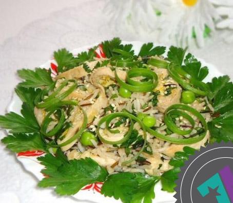 салат из курицы с рисом и зеленым горошком