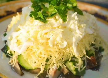 салат осенний из курицы с грибами, слоенный