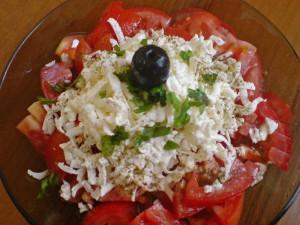 салат из помидоров с творогом и чесноком