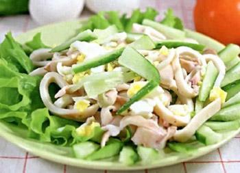 зеленый салат с кальмарами и огурцом