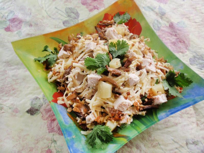 салат из курицы с грибами и ананасами