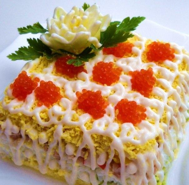 салат праздничный с икрой и кальмаром