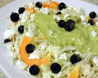 салат овощной с заправкой из авокадо