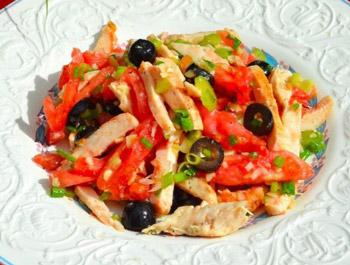 салат из курицы и помидоров с оливками