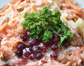 салат зимний из грудинки и крабовых палочек с клюквой
