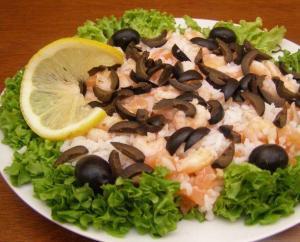 салат из креветок и семги с рисом