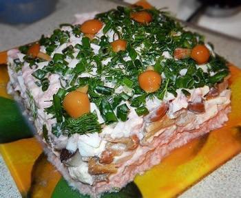 салат из красной рыбы и грибов