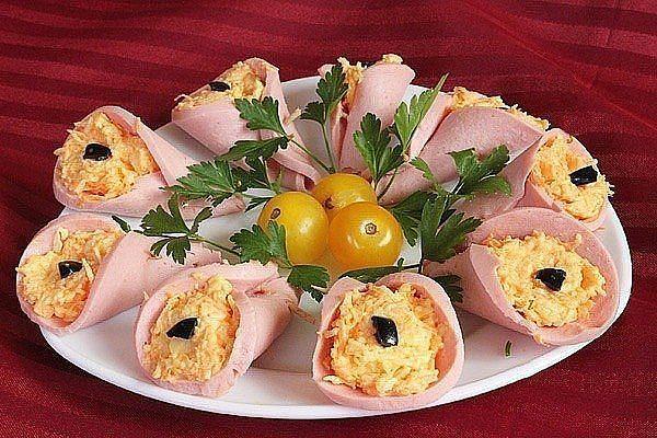 закуска из колбасы и сыра