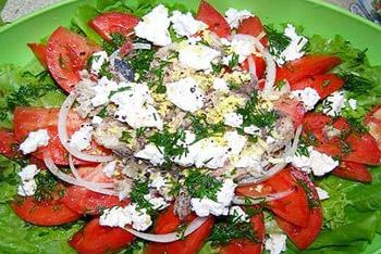 салат из рыбы с брынзой и томатами