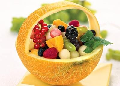 салат из дыни с ягодами и фруктами