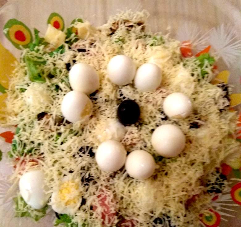 салат из красной рыбы и перепелиных яиц