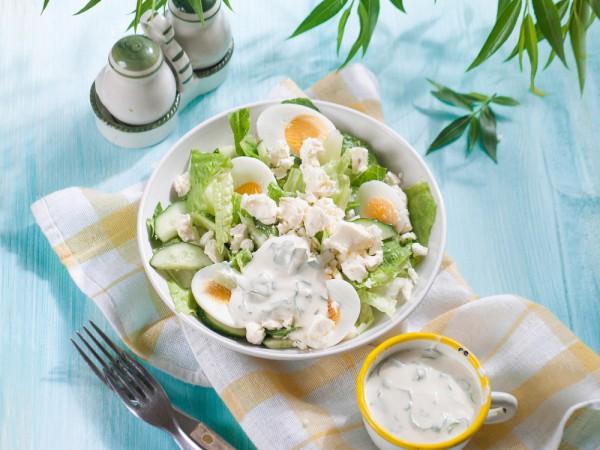 весенний салат из яйца, огурца и брынзы с зеленью