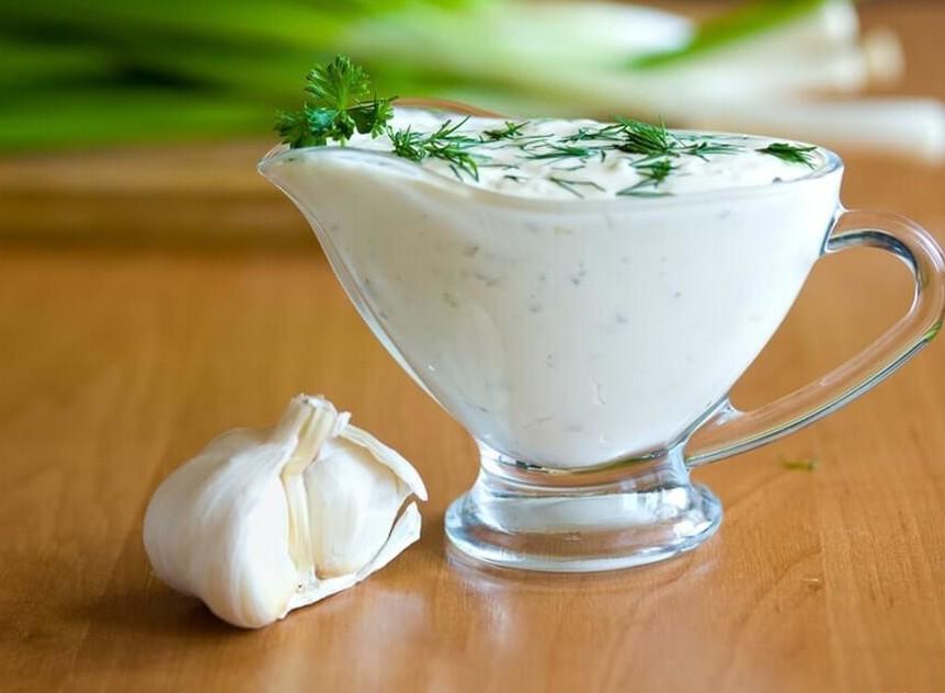 сметанный соус с чесноком к овощам