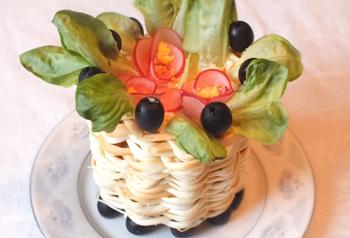 салат корзинка с фиалками
