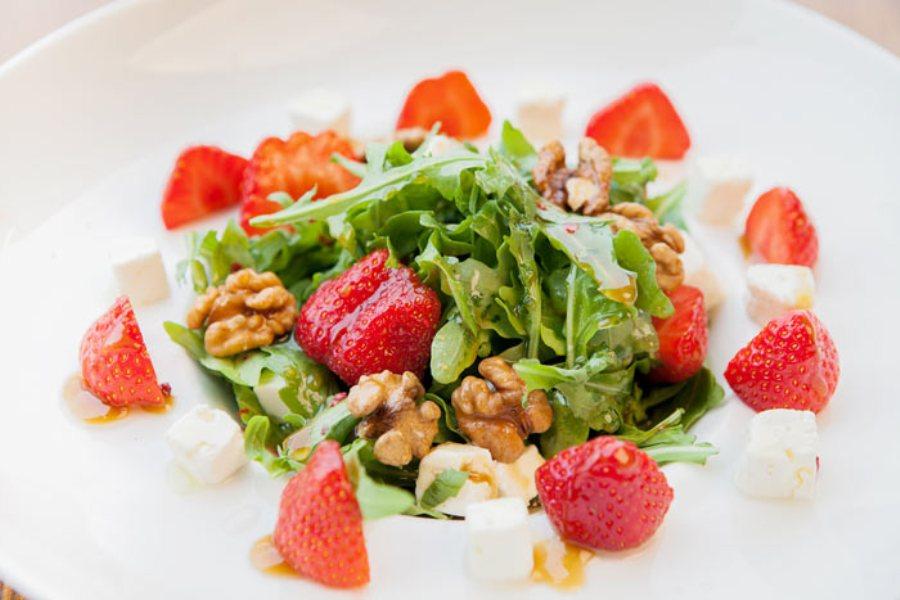 салат с ягодами и рукколой, летний салат