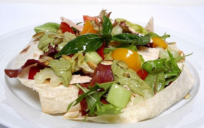 Салат из отварной рыбы с овощами и яблоком