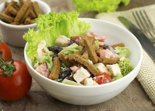 Салат из куриного филе с обжаренными гренками