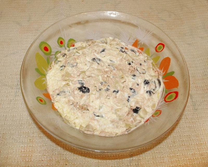 Салат с тунцом, грибами, маслинами и яйцами