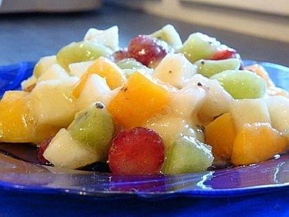Фруктовый салат с мёдом, яблоками и миндалем