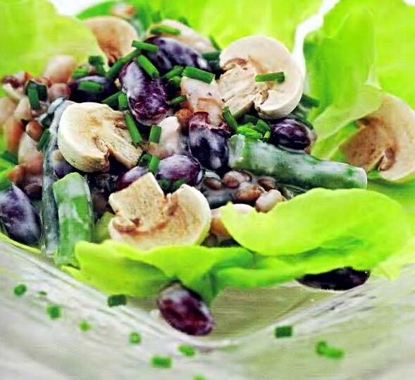 Салат из шампиньонов, стручковой фасоли и овощей